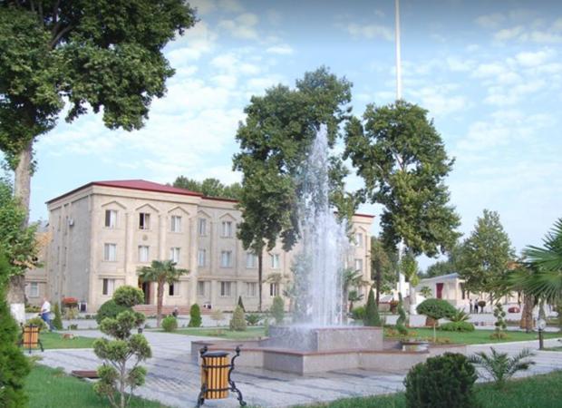 Bərdə rayon İcra Hakimiyyətindən bayrağımıza HÖRMƏTSİZLİK – FOTO/VİDEO